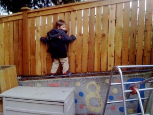 niño escalando